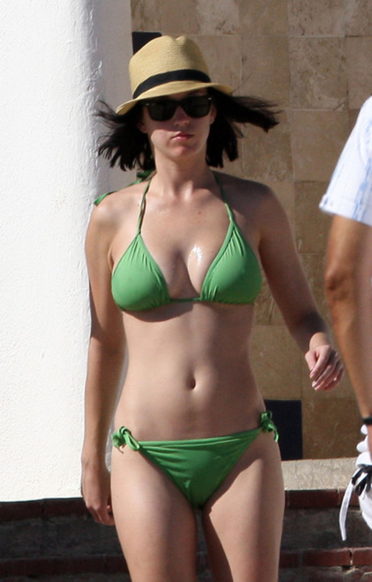 Katy Perry is getting free vitamin D from sunlight in Mexico.
