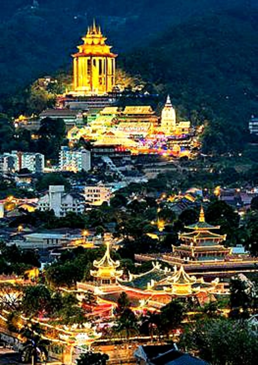 The Kek Lok Si Temple at its supreme splendor at night, with another equally splendid temple down below.  Just like a classic Chinese painting.