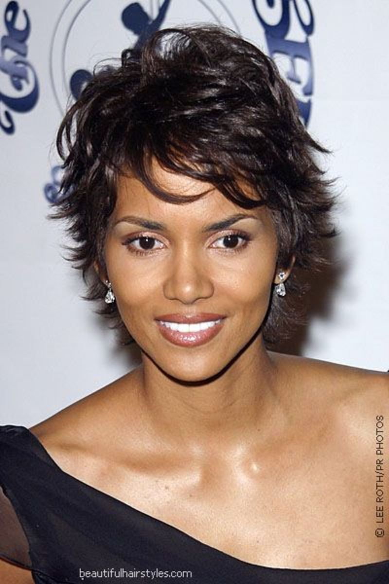 Halle Berry wearing a flip pixie haircut. Best pixie haircuts.