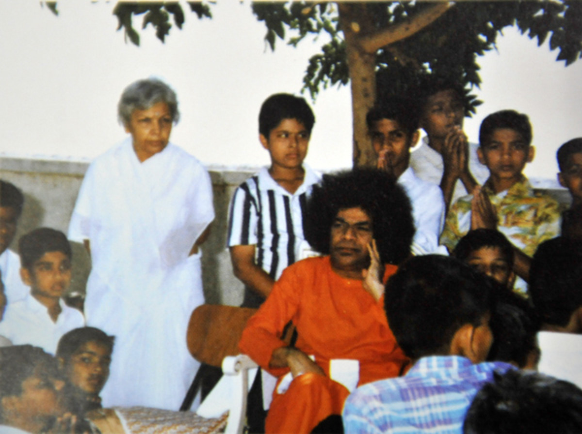 Even the shade under a tree would get transformed into a divine classroom with Swami around