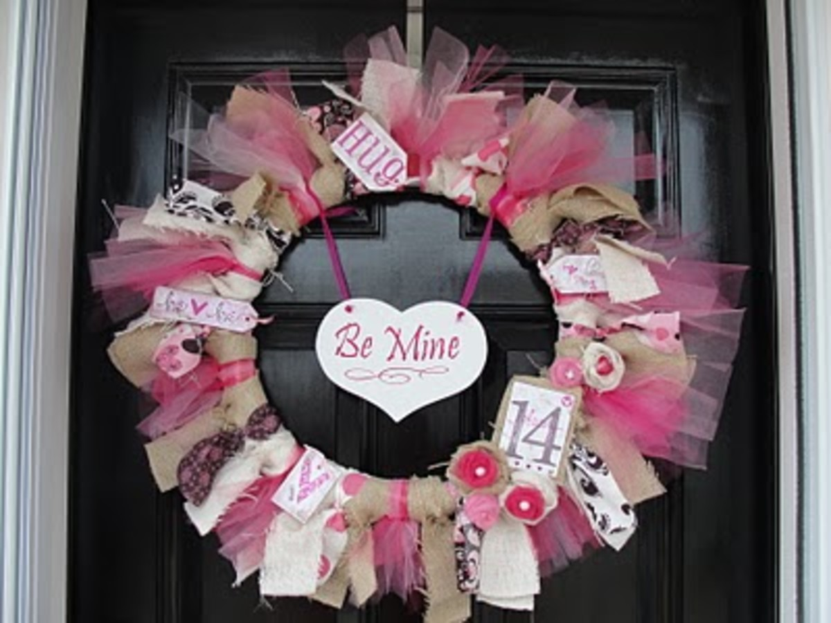 cute Valentines wreath made with tulle and burlap.