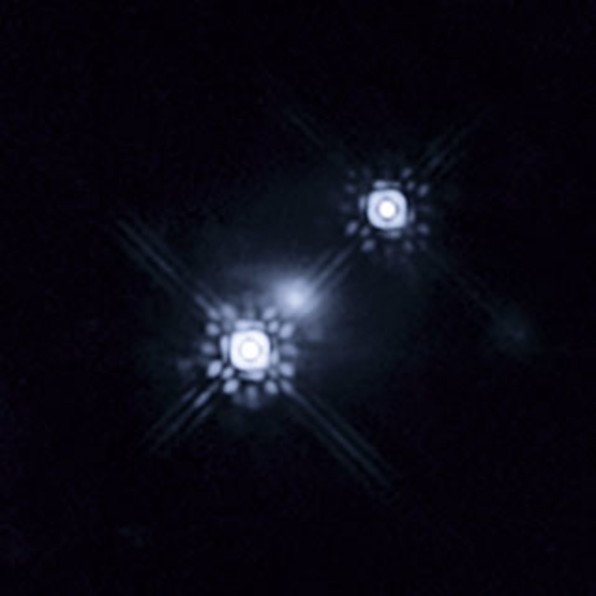 """First-ever photo of an accretion disk around a quasar -- times two! The smudge in the middle is a galaxy whose gravitational lens created a magnified double image of the """"accretion disc"""" around this distant black hole."""