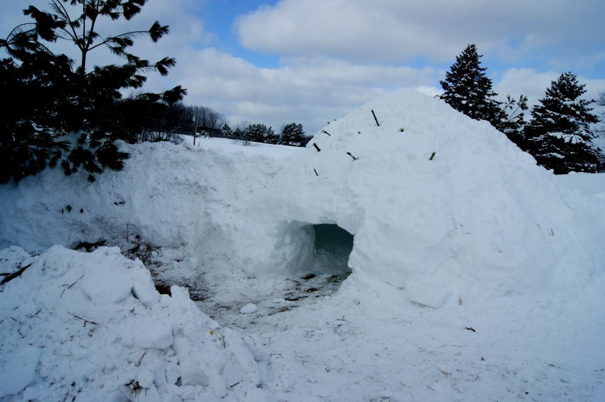 Quinzee emergency snow shelter