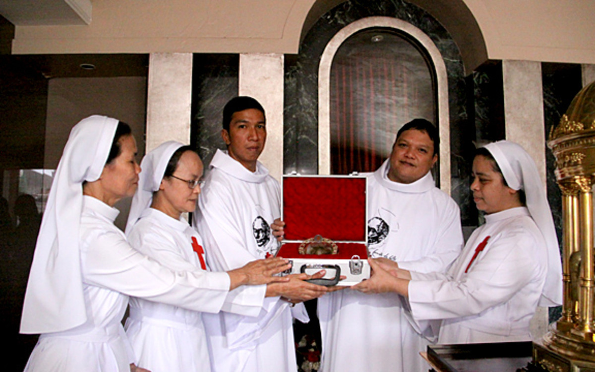 Camillian Sisters receiving the heart relic