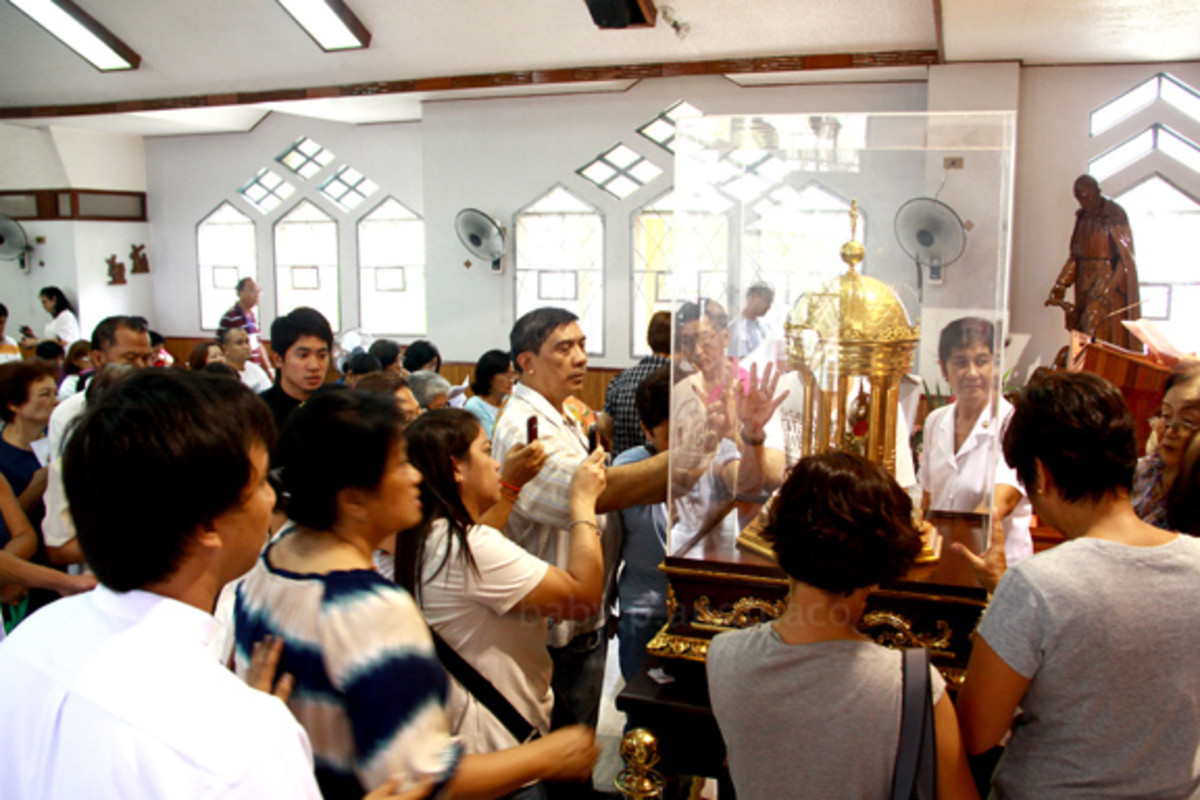 People venerating the heart relic