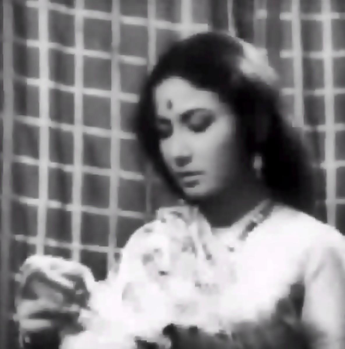 Meena Kumari in Jyoti kalash chhalake...: A great classical number in Raag Bhupali by Lata Mangeshkar