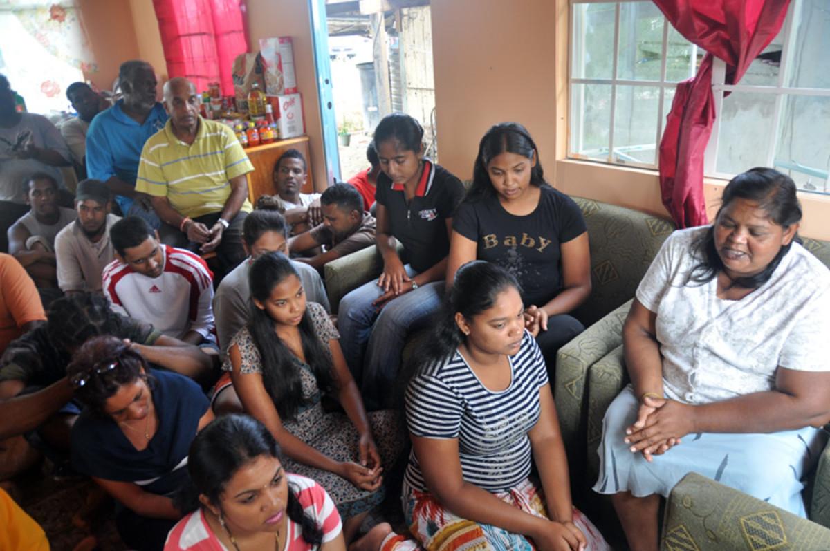 La familia que bendijo a que los voluntarios la oportunidad de servir está sentado a la sesión de oración.