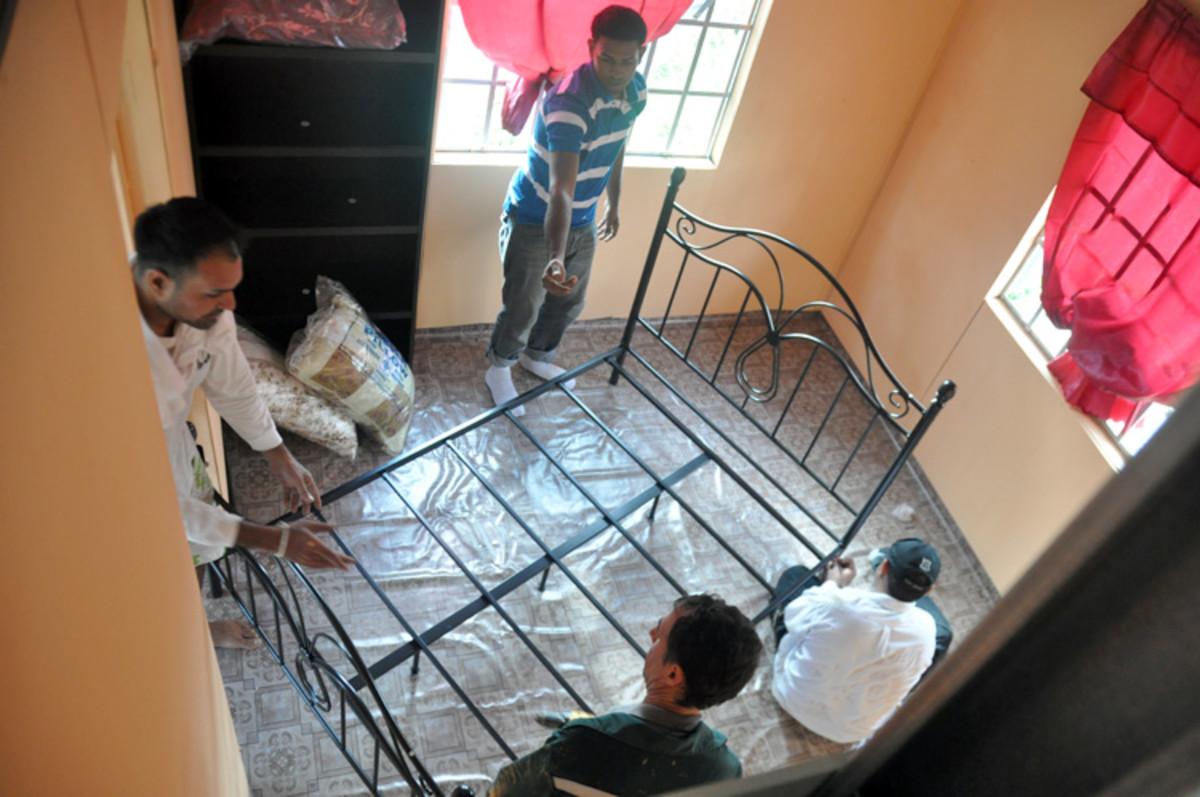 La cama se monta en el dormitorio en cuestión de minutos.  También tenga en cuenta el suelo especial que ha sido diseñada.