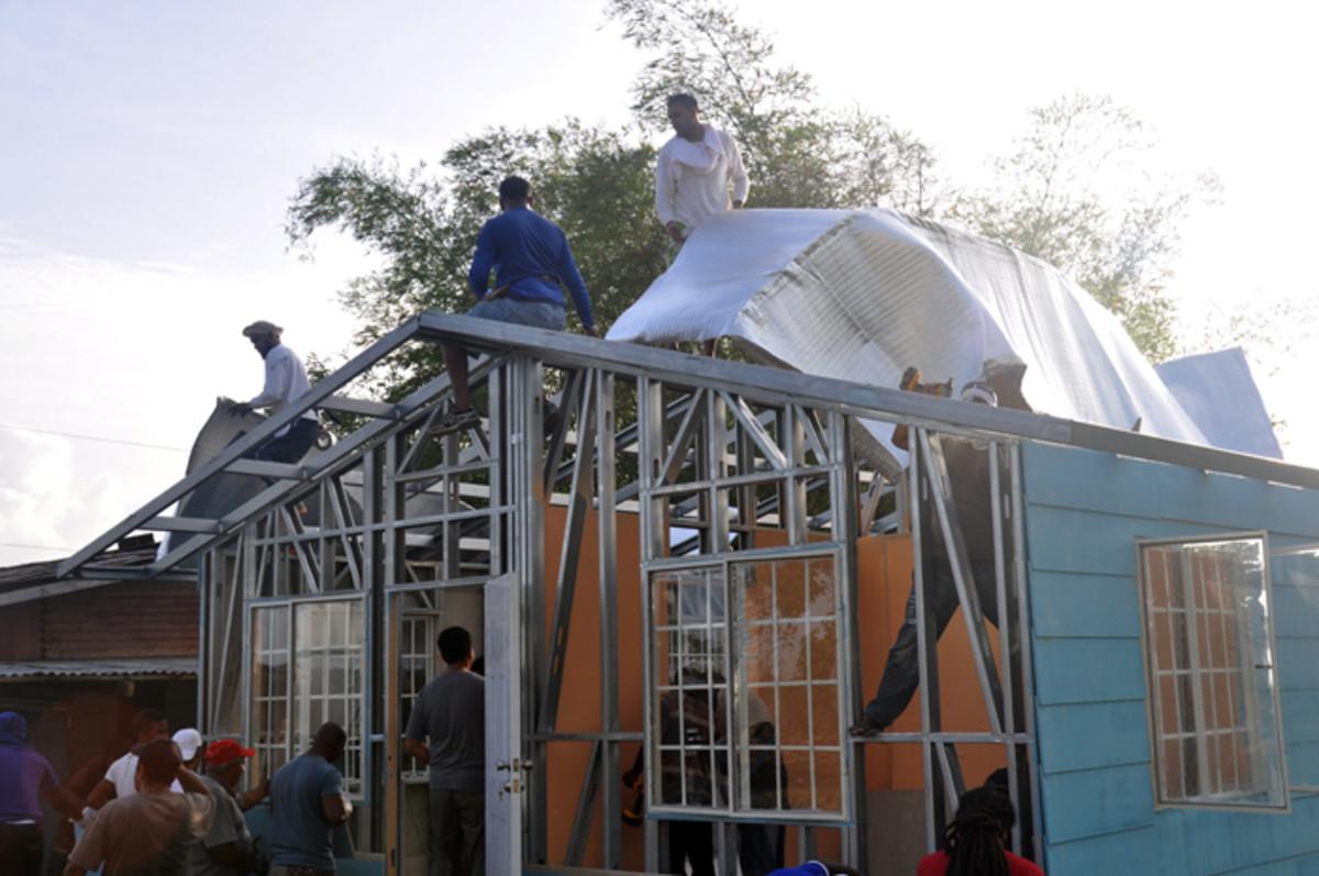 Se añade una hoja de protección térmica antes de montar el techo.  Esto asegura que la casa es fresca en verano y cálida en invierno.