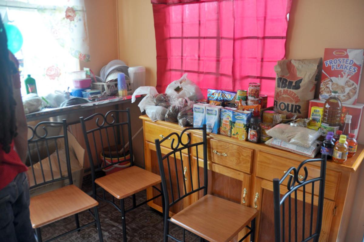 Las sillas y otros muebles, junto con las provisiones suficientes para aa meses.
