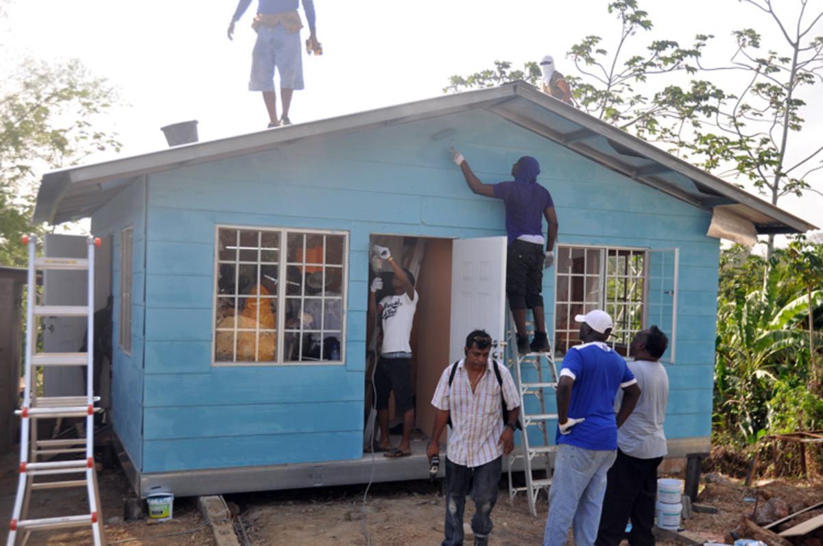Los toques finales se dan a los exteriores caseros que también han sido pintadas con dos capas.