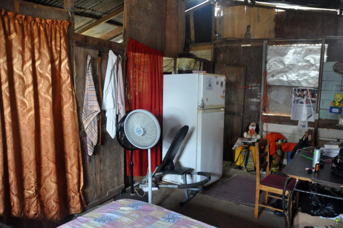Los interiores de la casa.  Los dos cortinas separan el dormitorio y la cocina.  El telón rojo es la entrada de la cocina.