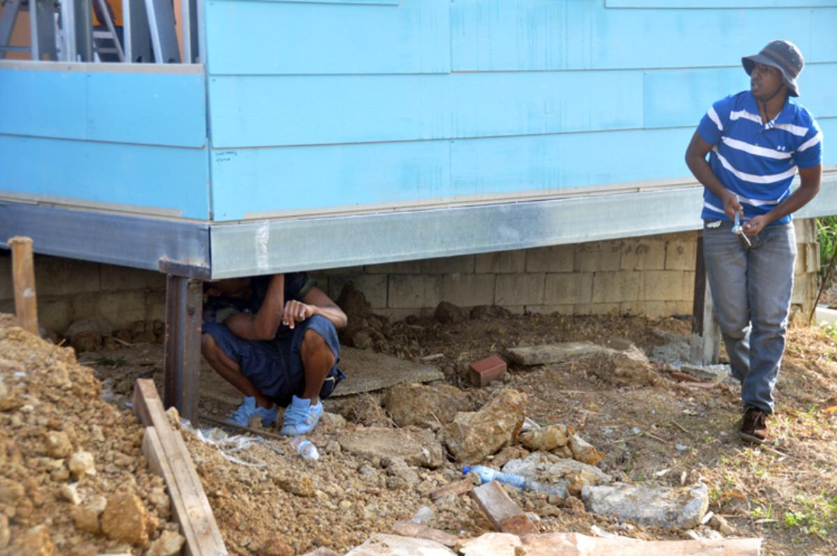 Los voluntarios examinan cada centímetro de la casa para asegurarse de que todo es perfecto y en su lugar.
