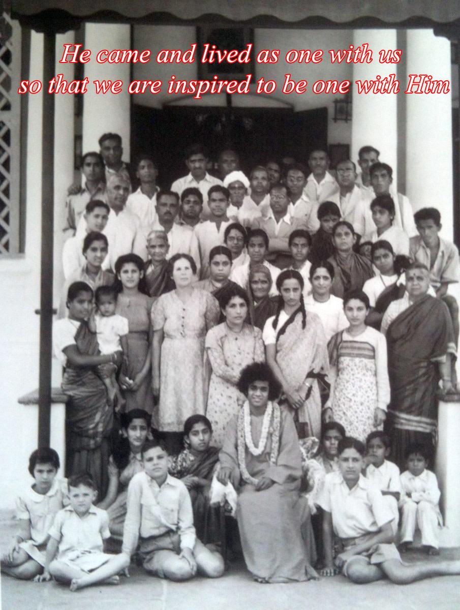 Después de la declaración de Avataridad, Swami mezclaba libremente con las masas, como uno más entre ellos.  Aquí, se le ve con la familia Mudaliar.