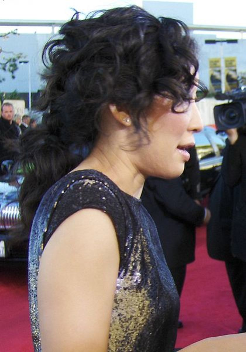Side view of Sandra Oh's curly ponytail. Korean Curly Hair.