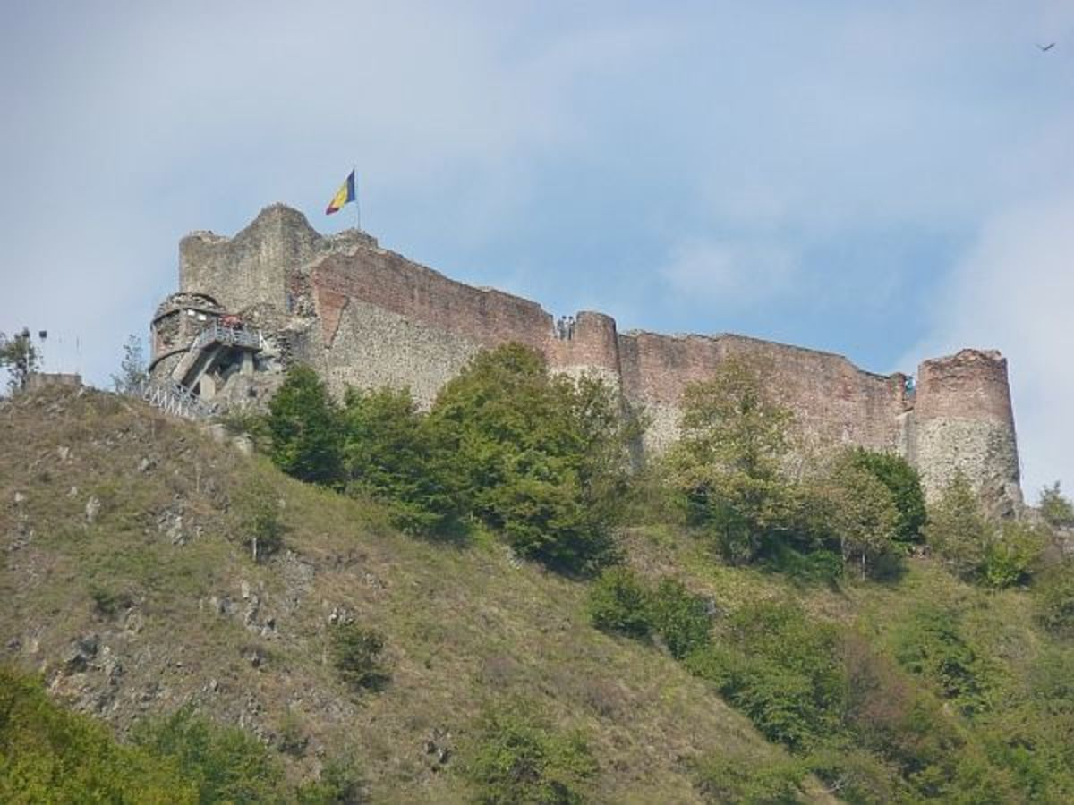 Poienari Castle is a fortress built by Vlad Tepes's.Photo: Stefanmolnushttp://commons.wikimedia.org/wiki/File%3ACetatea_Poenari%2C_AG.jpg