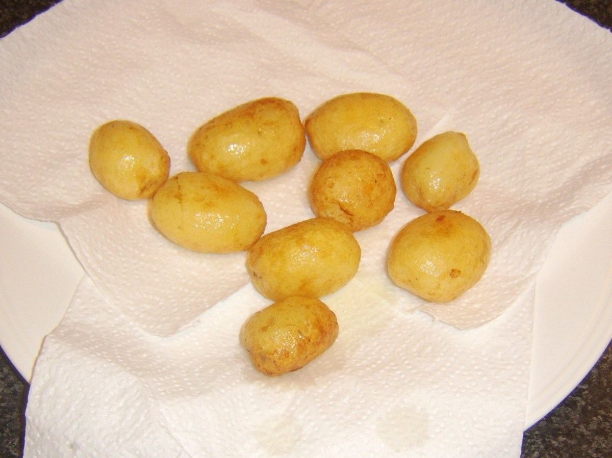 Potatoes are drained on kitchen paper