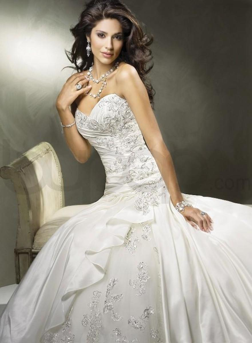 Beautiful sweetheart wedding dress with a ball gown bottom!