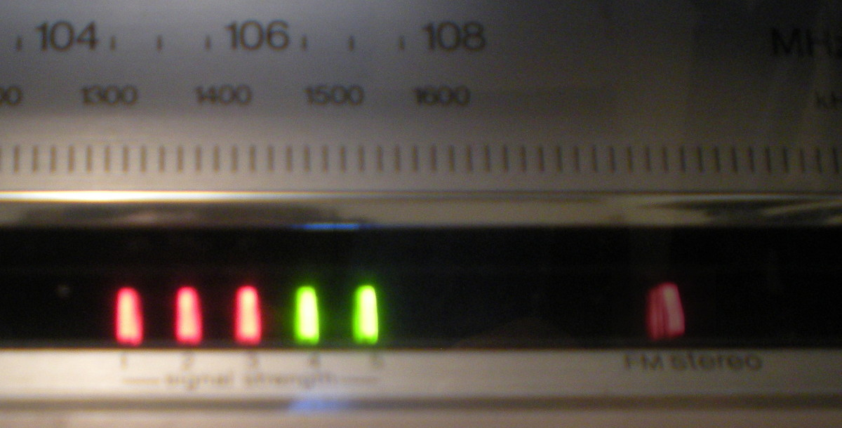 Technics SA-202 FM tuner signal strength lights, and the FM stereo indicator light.