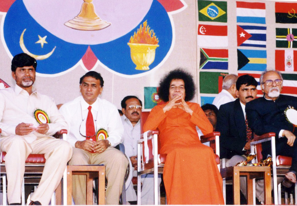 Swami watching the Unity Cup match. To His left is the then Prime Minister of India - I.K.Gujaral and to His left, the CM of Andhra Pradesh - Chandrababu Naidu. Seen behind is Mr. Sunil Gavaskar.