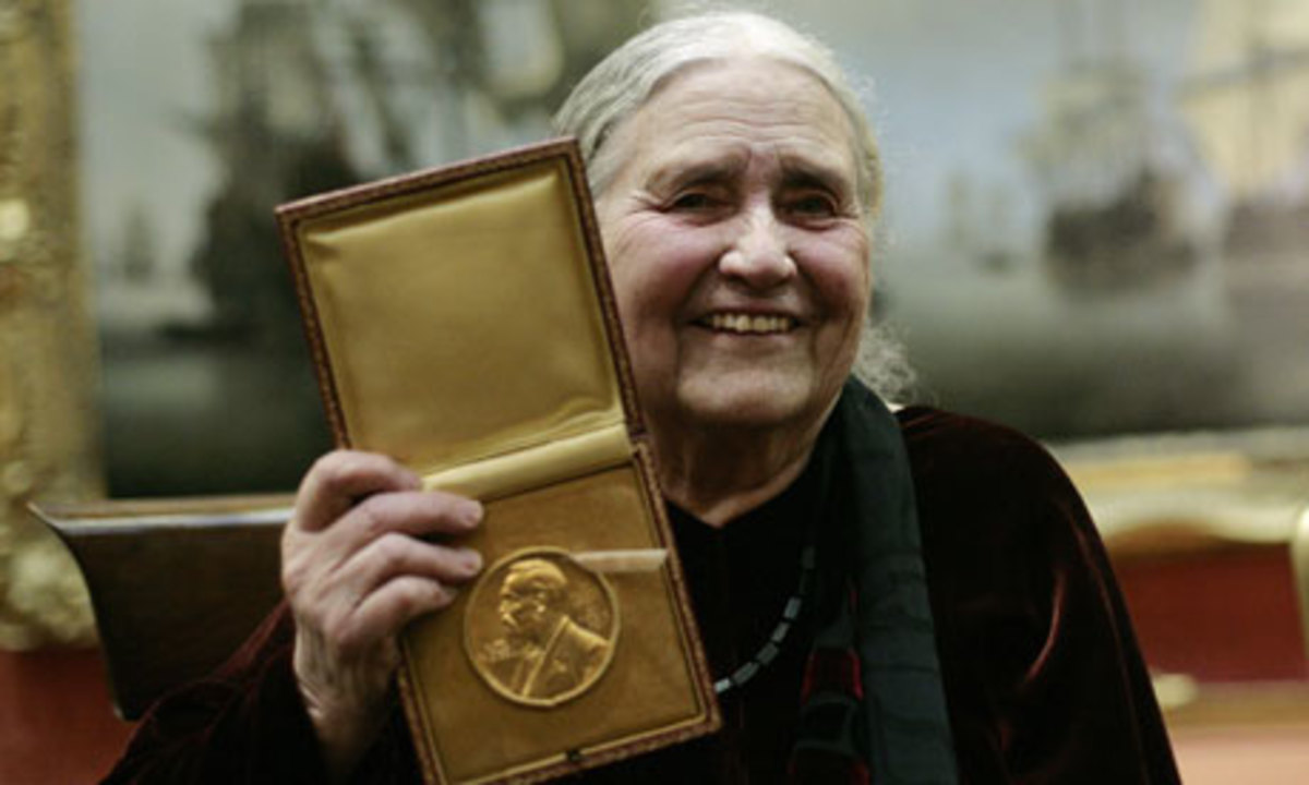 Doris Lessing shows her Nobel Prize in Literature medal  2007
