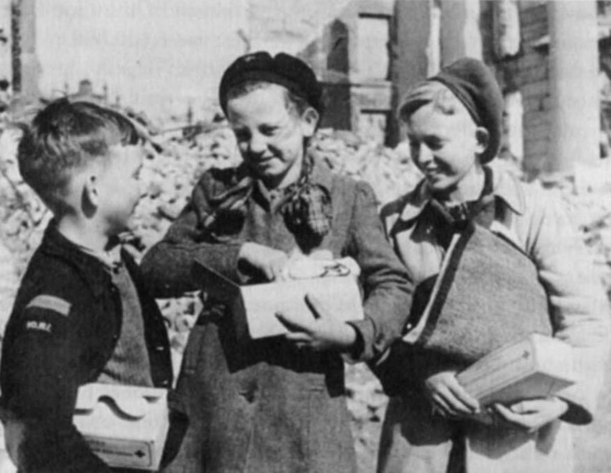 Dutch children eagerly collecting food parcels