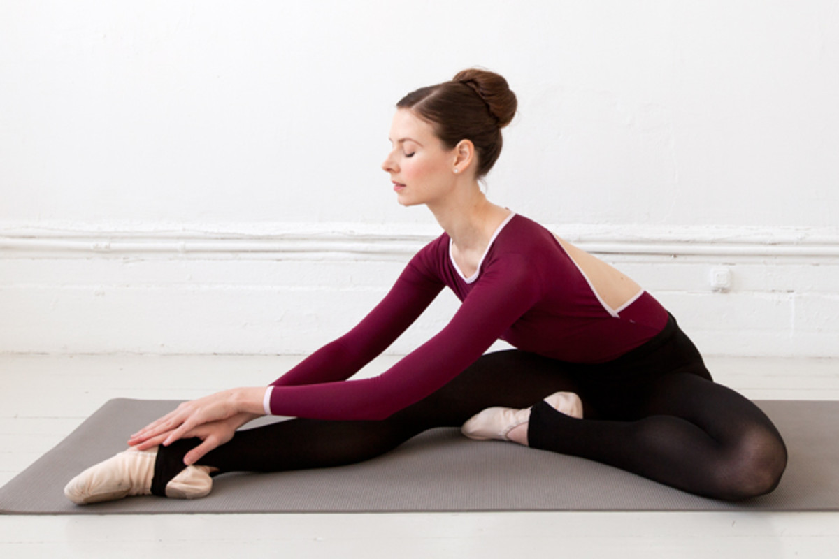 ballerina hamstring stretch illustrated using the floor for assistance