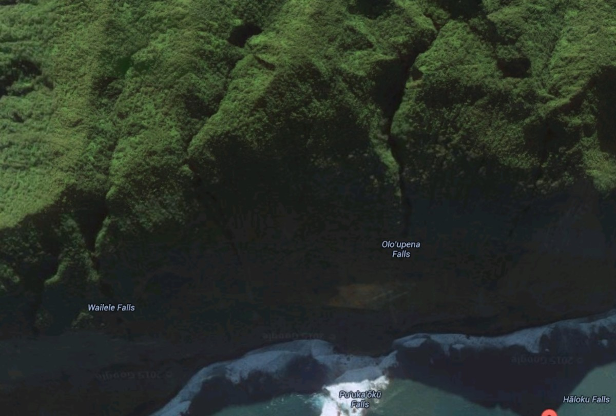 Oloʻupena Falls are located on a steep seaside cliff and are only accessible by helicopter or boat tour. You cannot walk to the falls.