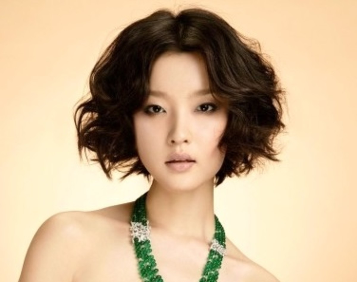 Feminine short and wavy Asian hairstyle for summer