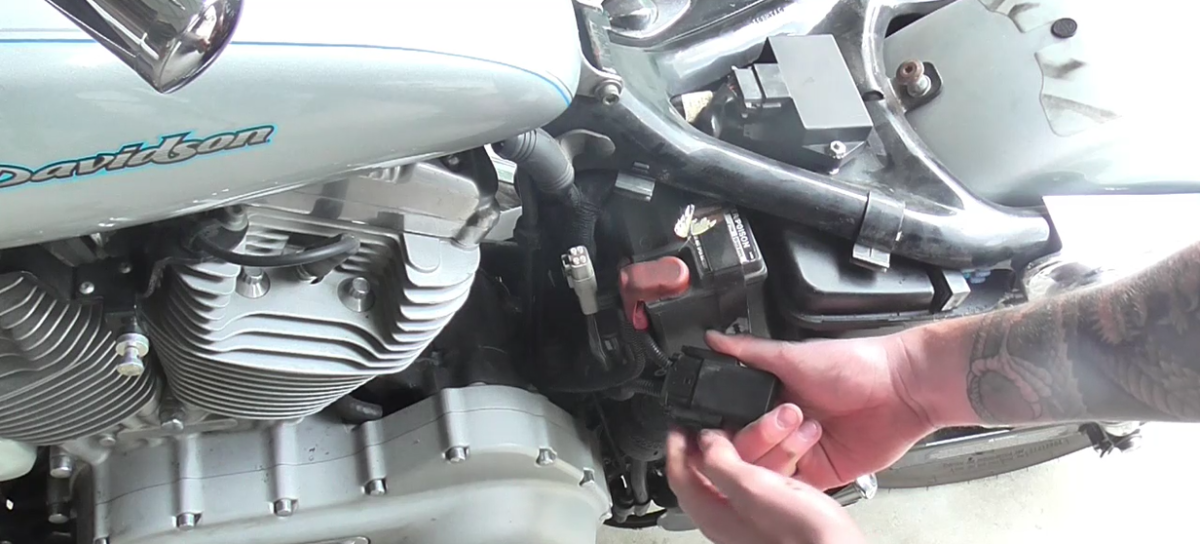 how-to-remove-the-battery-from-a-harley-sportster-2004-2016