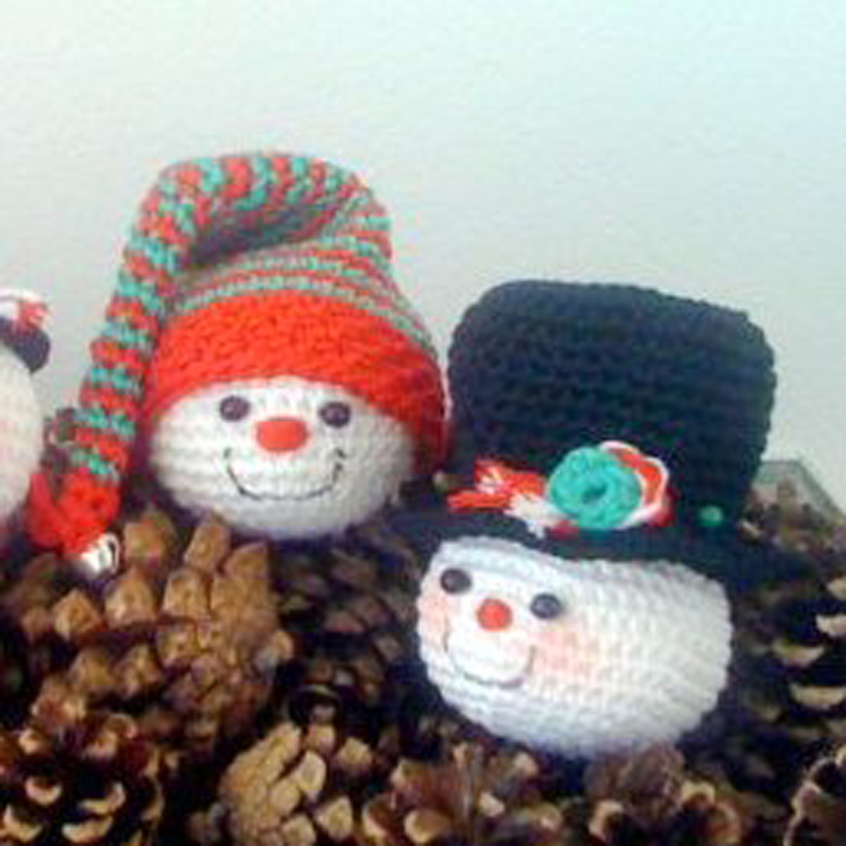 Free crochet pattern Christmas snowman ornaments.