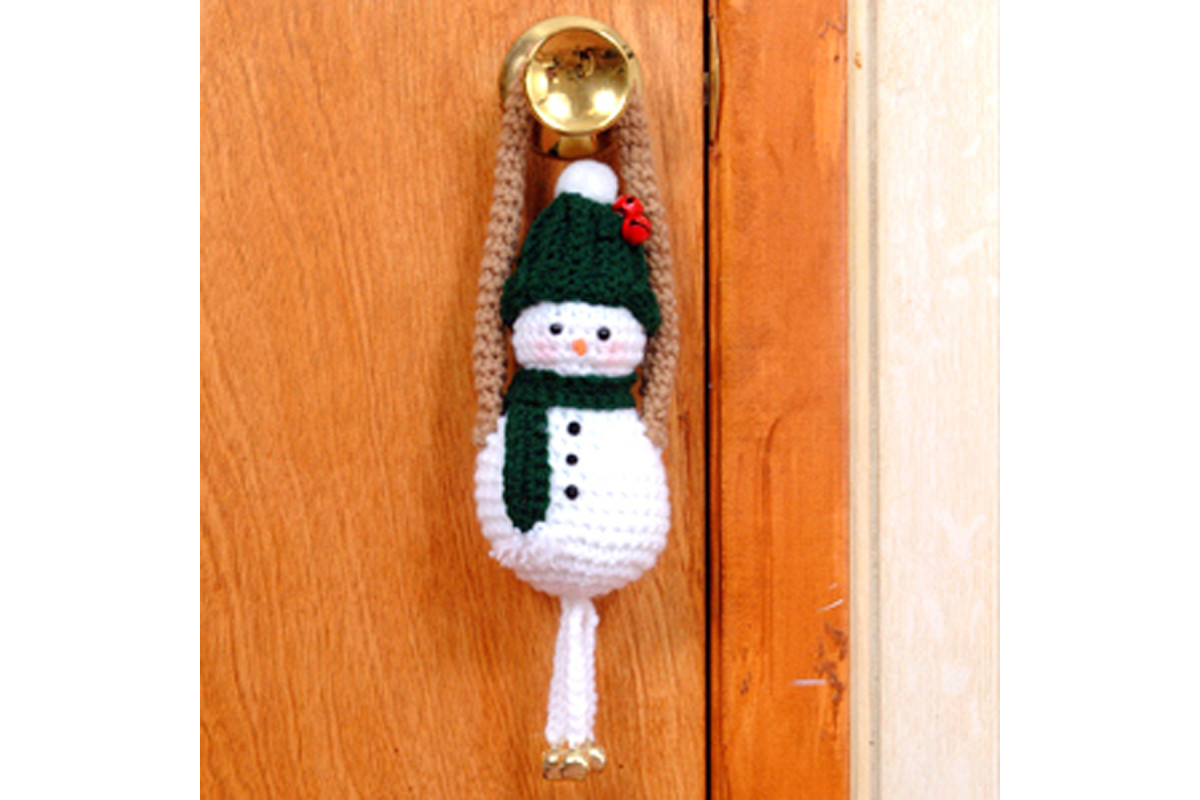 Free crochet pattern amigurumi Christmas snowman door greeter hanger.