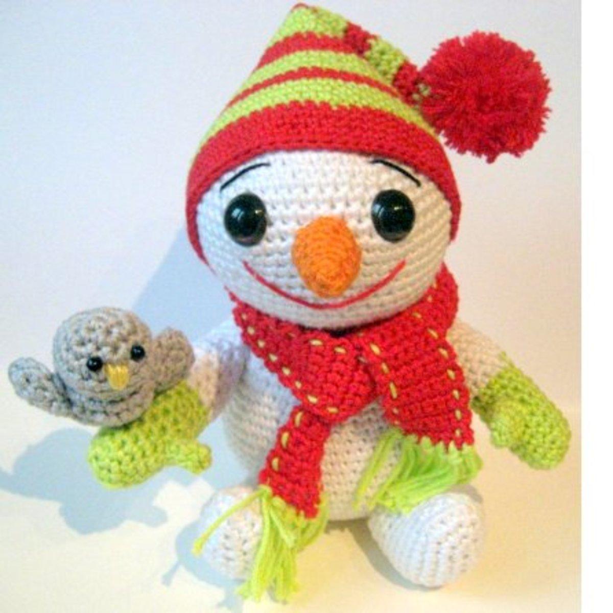 Free crochet patterns amigurumi snowman little Christmas bird.