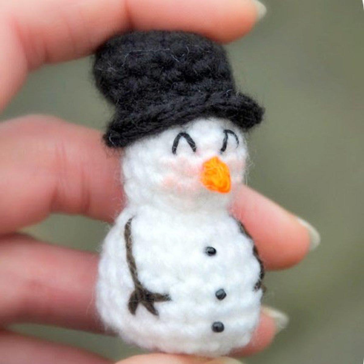 Free crochet pattern amigurumi small snowman ornament.