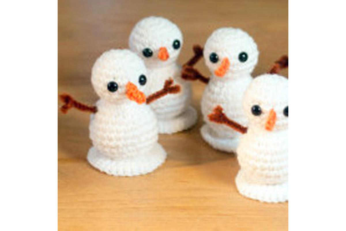 Free amigurumi crochet snowman pattern.