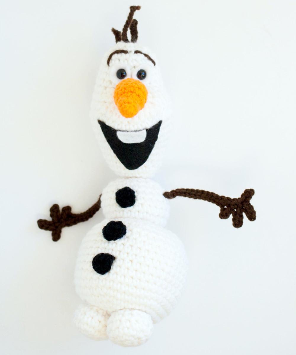 Free crochet pattern Frozen Olaf Christmas amigurumi snowman.