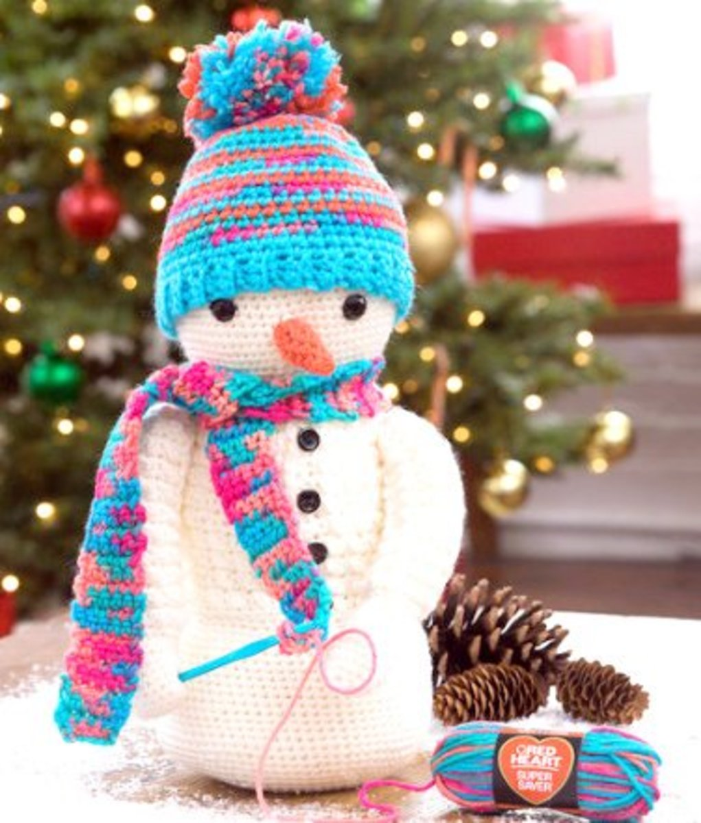 Free crochet pattern for amigurumi snowman.