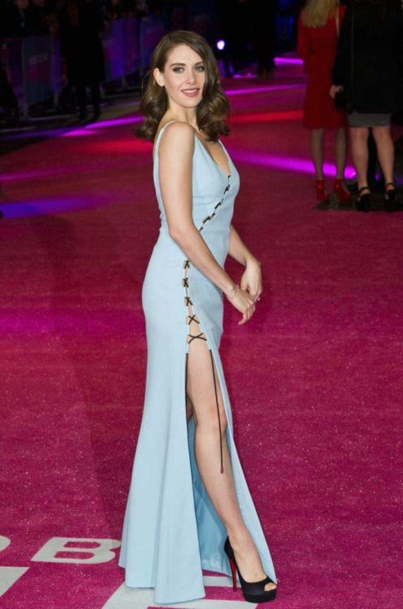 Alison Brie blistering the red carpet in a high thigh slit curve hugging dress and sky high platform open toe pumps.