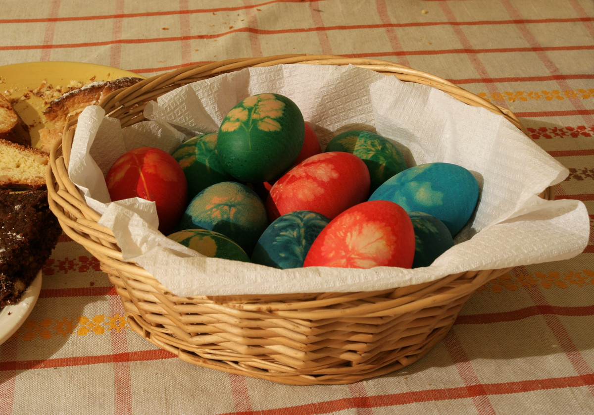 In some places of Europe, eggs are heated wrapped in gauze and spring flowers, to create a lovely pattern.