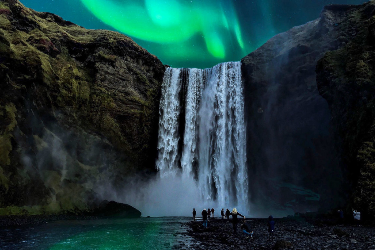 The Northern Lights make this image so dreamy and romantic...