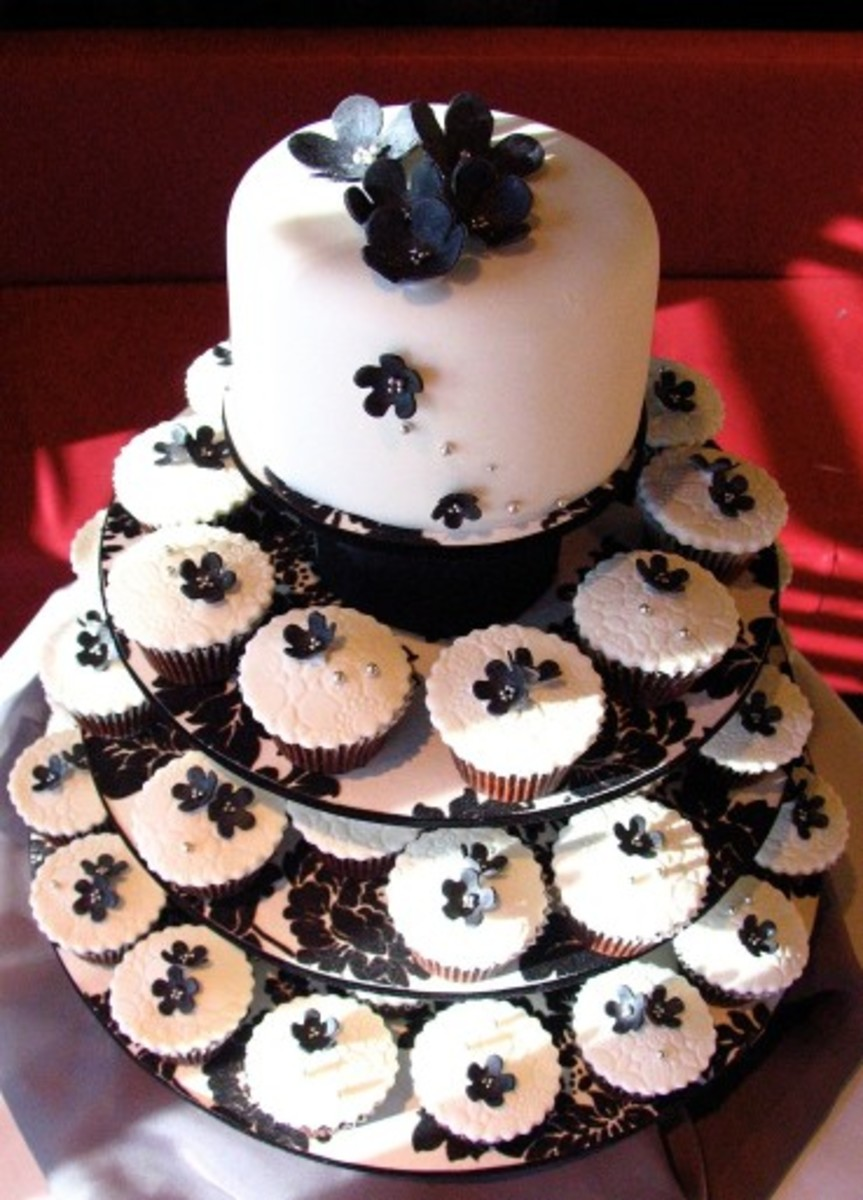 Gothic wedding cake idea of intertwining the look of a traditional wedding cake with cupcakes, really shows your guests all the thought put into the moment.