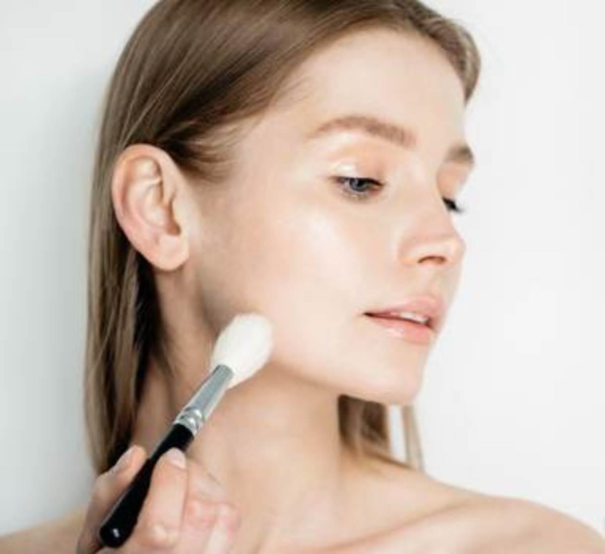Apply Transparent Matte Face Powder to Control Oil, Blur Pores & Set Makeup