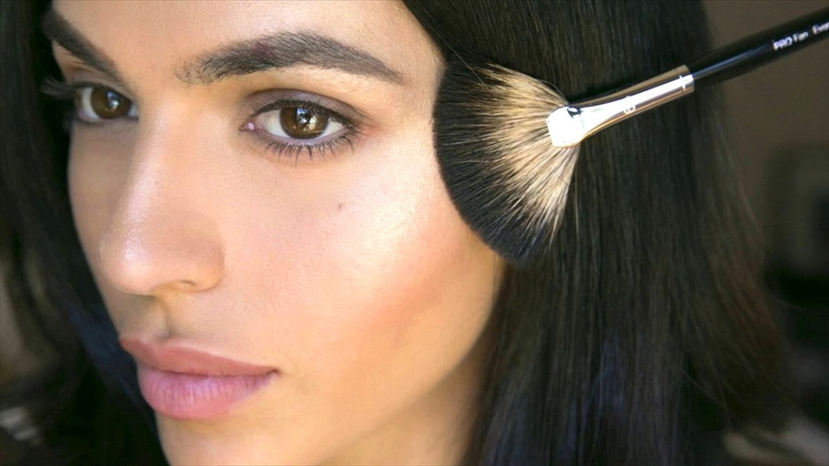 Highlight Using a Fan Brush to Create Your Yoga Skin Glow