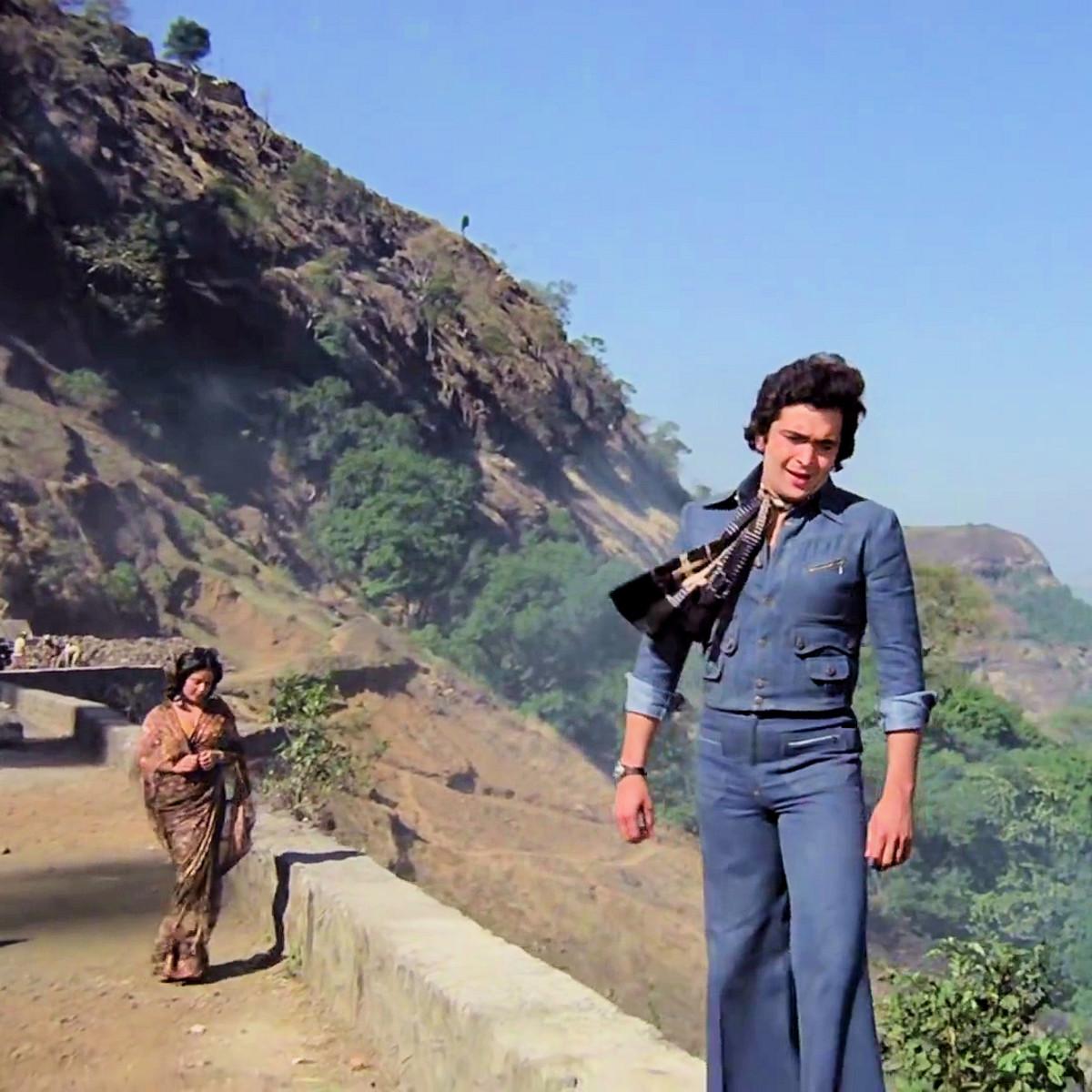 "Rishi Kapoor & Rakhi in ""Kya mausam hai..."" from DOOSRA AADMI (1977)"