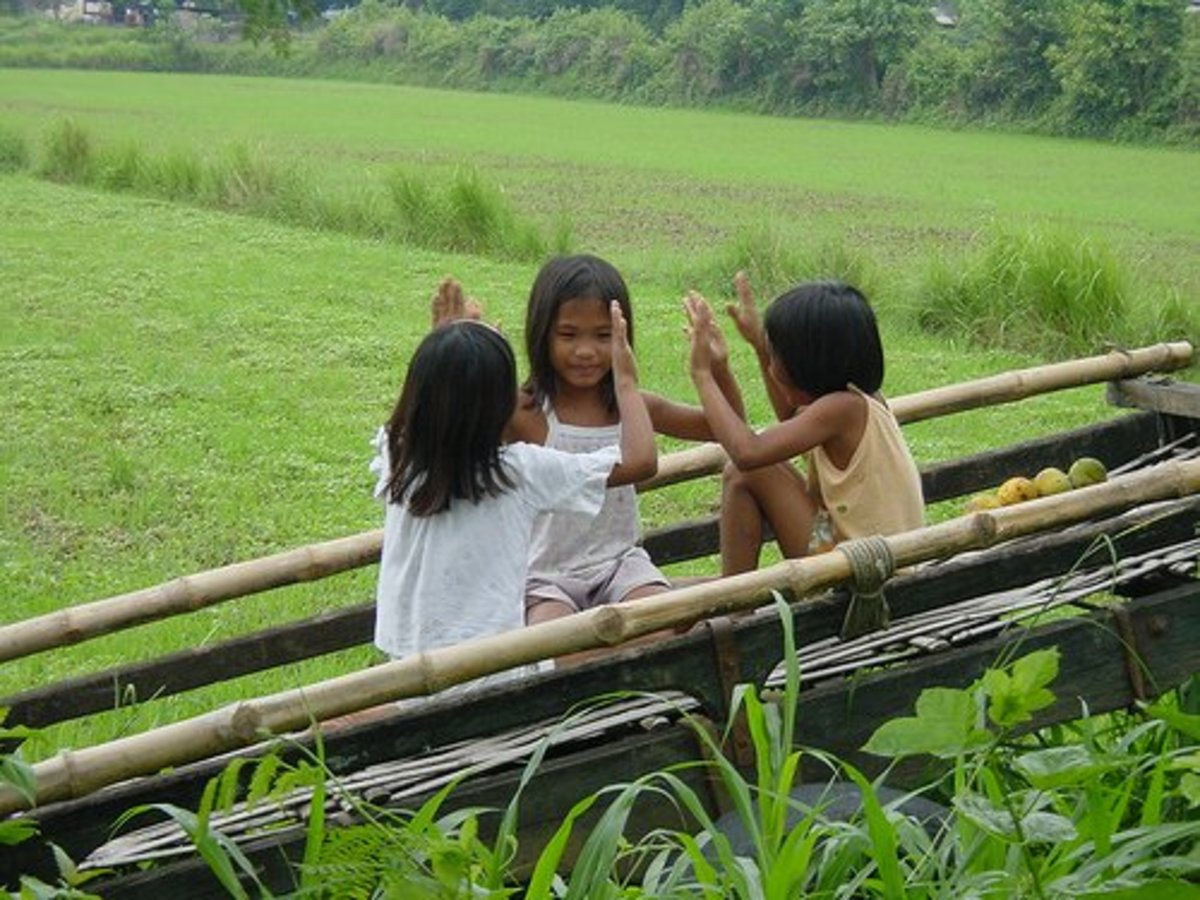 Traditional hand game played by little girls. Picture from filipinolifeinpictures.blogspot.com