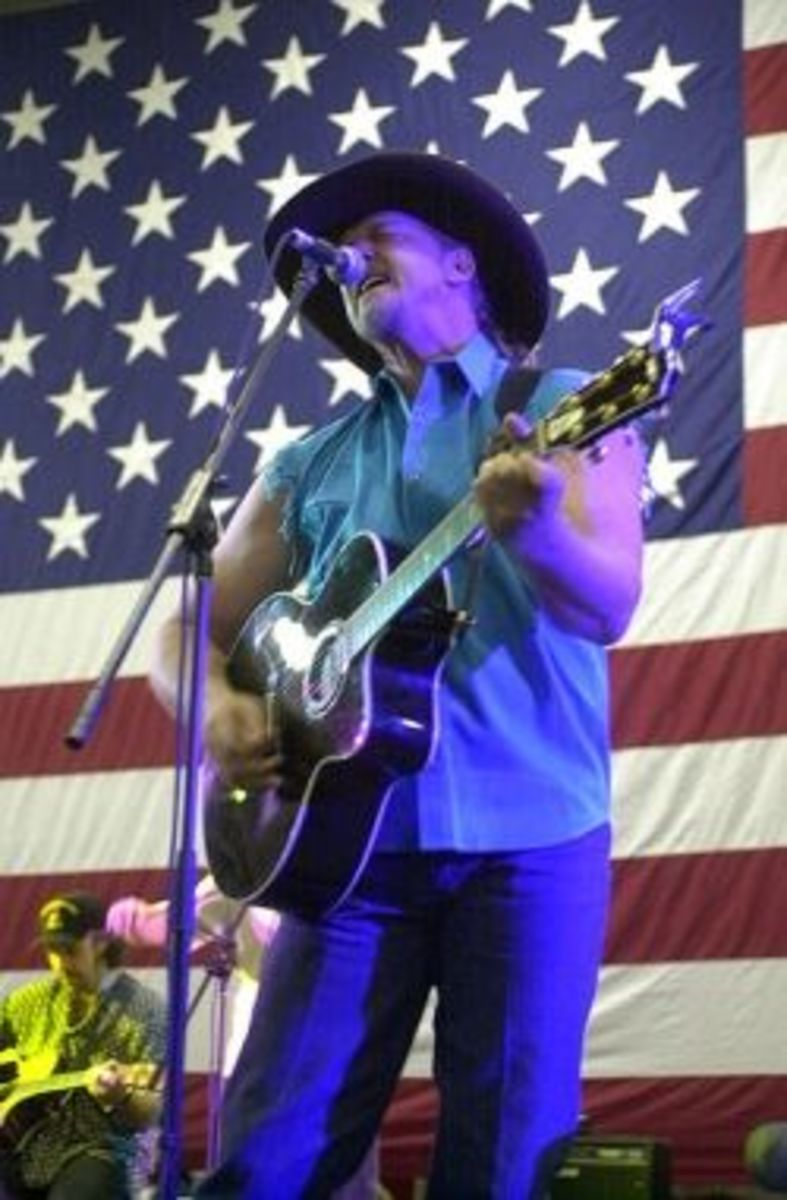 Trace Adkins entertains sailors aboard the USS Abraham Lincoln