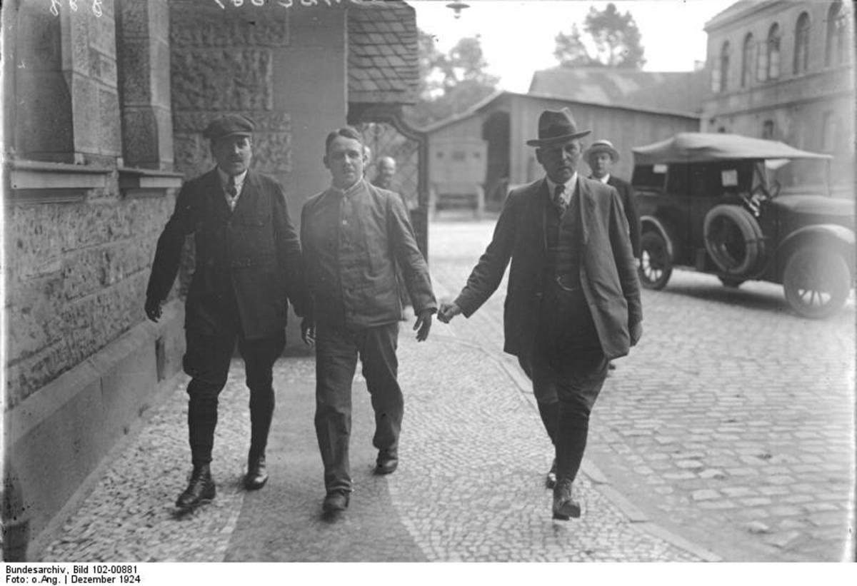 Fritz Haarmann in the center on his way to court.