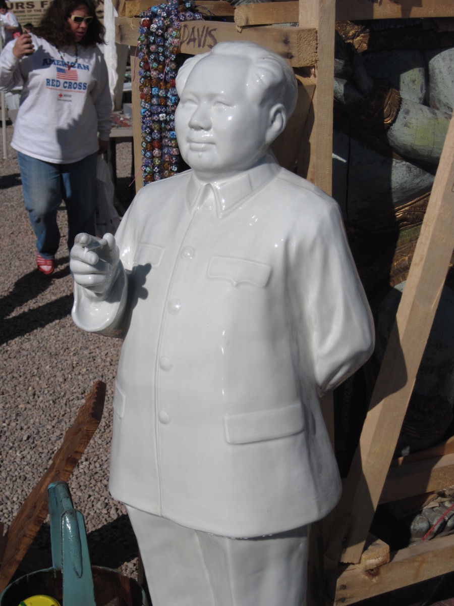 Porcelain sculpture of  Mao Zedong