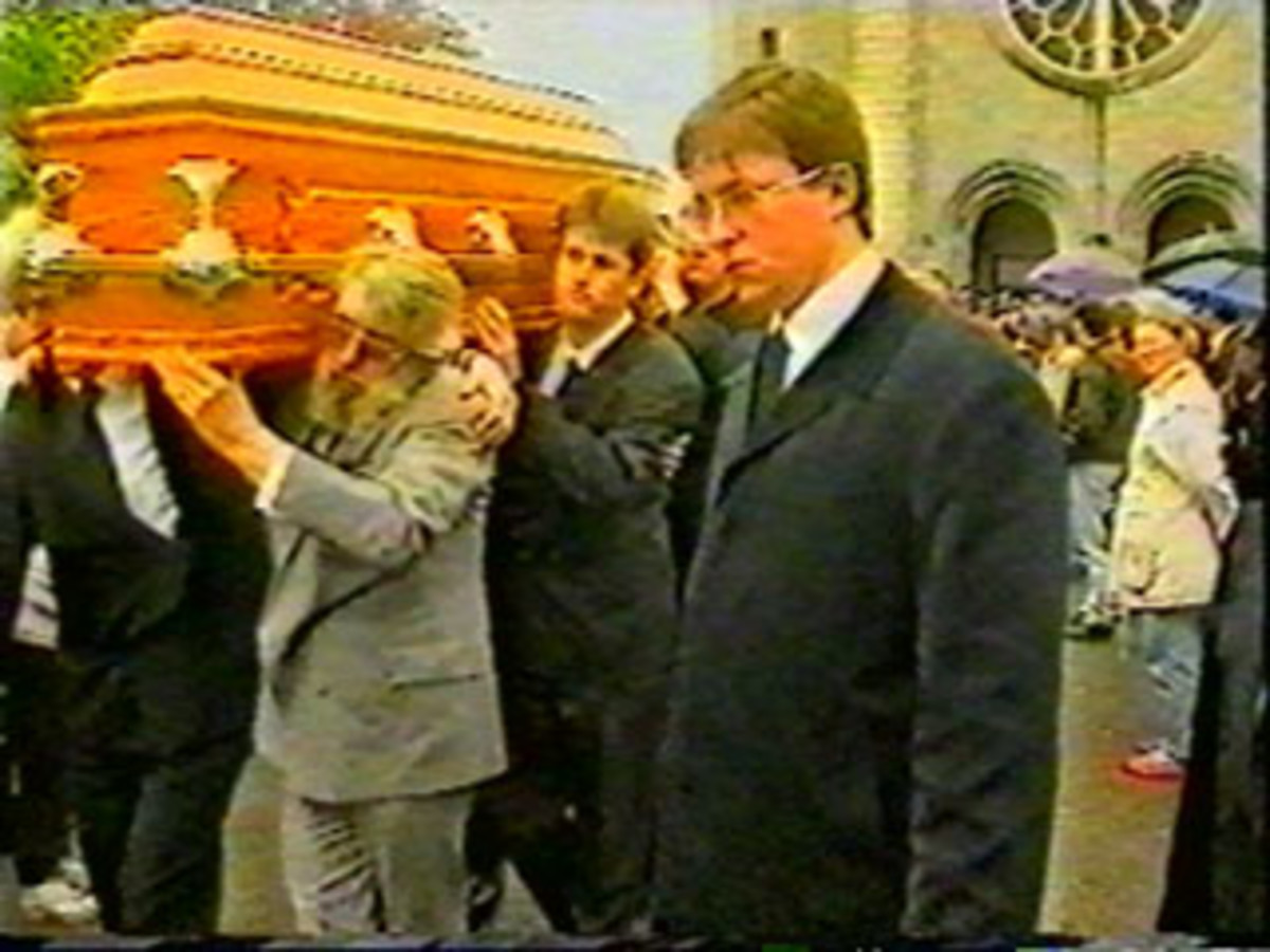 Ronnie Drew helps carry Rory's coffin