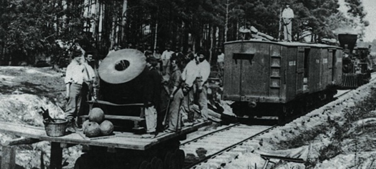 Big gun on railroad car